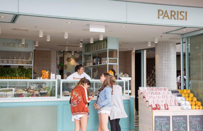 Rafraîchissez-vous avec un jus de fruits au Parisi Café sur Bondi Beach à Sydney