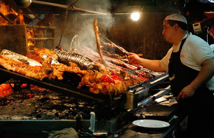 Écoutez les parillas grésiller au Mercado del Puerto