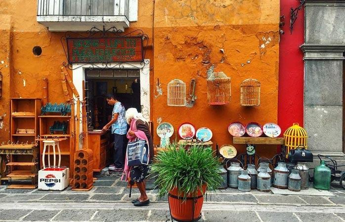 Les rues colorées de Puebla sont bordées de boutiques d'artisanat et d'antiquités