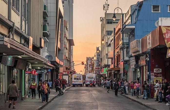 Les rues animées de San Jose au coucher du soleil