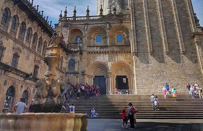 Les visiteurs sont attirés par l'architecture et l'histoire de Saint-Jacques-de-Compostelle