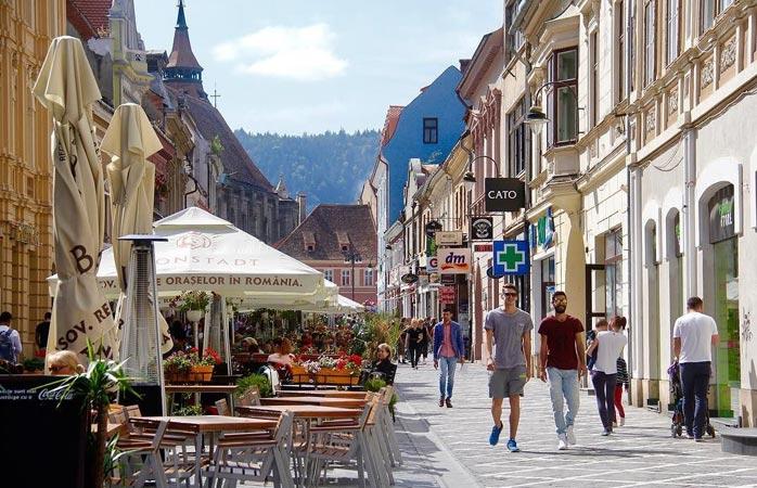 Flânez dans les charmantes rues piétonnes de Brasov