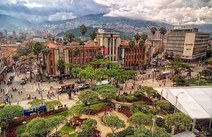 Fini le temps où Pablo Escobar régnait sur la ville, Medellín est aujourd'hui une ville vibrante et cosmopolite