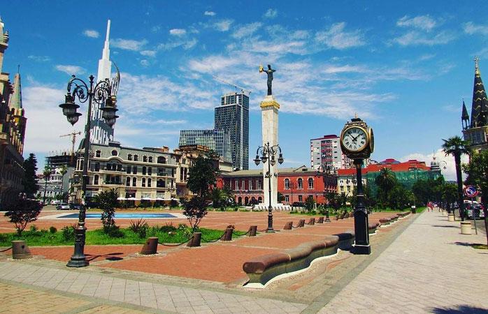 La place de l'Europe est l'un des plus beaux sites du centre de Batoumi