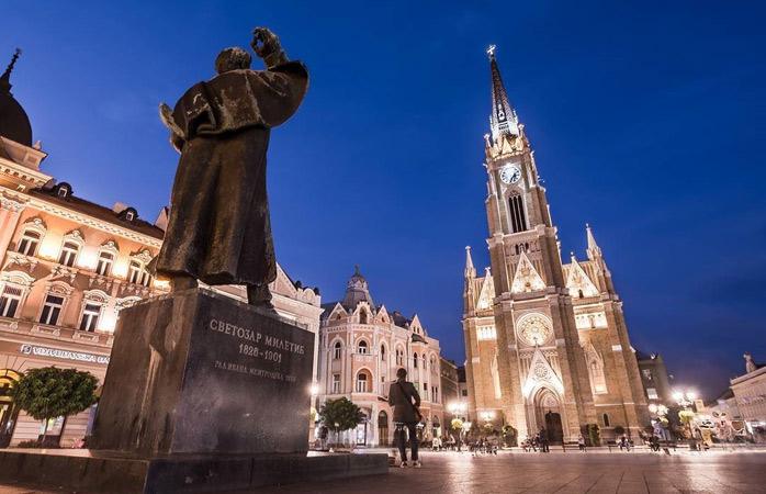 Les lumières illuminent le centre-ville de Novi Sad